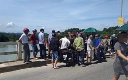 Trời nắng nóng 40 độ, nam thanh niên khiêng quan tài lên giữa cầu nằm