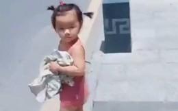 Thấy mẹ xếp đồ cho bố đi công tác, bé gái ôm quần áo lẽo đẽo chạy theo khiến dân mạng cười nghiêng ngả