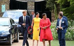 Meghan gây sốt khi liên tục nắm tay, thể hiện tình cảm với chồng bất chấp quy tắc hoàng gia