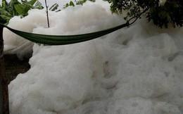 """Dòng kênh """"tuyết"""" xuất hiện ở Hải Dương khiến người dân đi qua phải bịt mũi"""