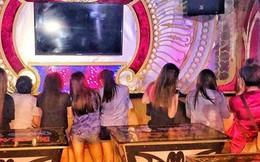 """Nhiều tiếp viên nữ ăn mặc """"mát mẻ"""" phục vụ khách VIP trong quán karaoke ở Sài Gòn"""