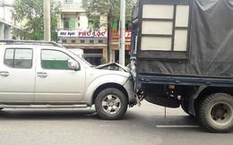 Thắng gấp tránh cô gái ngã xuống đường, 3 xe tông liên hoàn