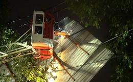 Người đi đường hốt hoảng khi tấm tôn 'khủng' bị gió thổi bay trên phố Sài Gòn