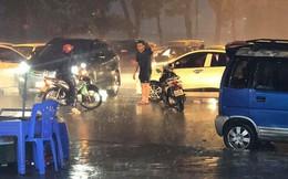 Giữa lúc mưa to, người đàn ông bỏ lại xe chạy ra giữa đường khiến nhiều người khó hiểu