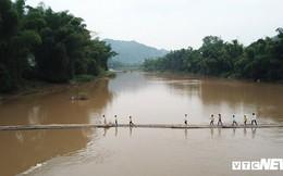 Ảnh: Dân Lạng Sơn 'diễn xiếc' trên cầu tre dài 100m bắc qua sông