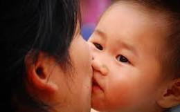 """Hôn hít, mớm thức ăn cho trẻ: Hành động """"yêu thương"""" nhưng có khi mang hệ lụy khủng khiếp"""