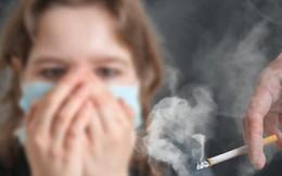 Trẻ bị hít khói thuốc của bố mẹ, lớn dễ mắc căn bệnh gây đau dài ngày này