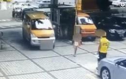 Trung Quốc: Thấy ô tô đang đi tới, người mẹ nhẫn tâm đẩy con ra để ăn vạ tài xế