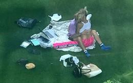 """Nóng mặt với kiểu ôm ấp """"nhạy cảm"""" ở chốn công cộng của Justin Bieber và vợ sắp cưới"""
