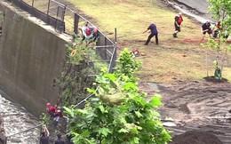 Góc nghịch dại: Nhảy xuống thác nước xiết để vớt điện thoại, thanh niên phải gọi hàng tá nhân viên cứu hộ tới... cứu mình