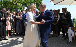 Nữ bộ trưởng Áo gây tranh cãi vì khuỵu gối chào ông Putin