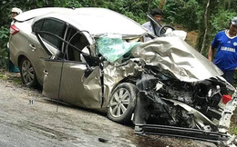 Xe con nát bét đầu sau cú đối đầu với xe khách trên quốc lộ