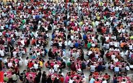 Choáng với cảnh 20.000 người đổ xô ăn tiệc giá rẻ