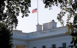"""Tổng thống Trump hứng chịu """"búa rìu dư luận"""" vì lá quốc kỳ Mỹ sau sự ra đi của ông John McCain"""
