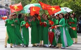 Các cô gái Sài Gòn mặc áo dài, mang cờ đỏ đi cổ vũ tuyển U23 Việt Nam