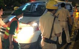 Xe cứu thương bị xe đầu kéo tông biến dạng, người dân phá cửa cứu  tài xế và nữ điều dưỡng
