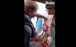 Video: Bị phát hiện phun hóa chất biến nho xanh thành đỏ, người bán chỉ cười trừ
