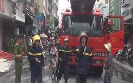 Cảnh sát phá cửa giải cứu 2 cụ già trong đám cháy lớn ở khu phố Tây