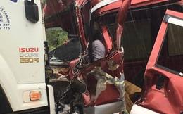 Xe ô tô đấu đầu xe tải, tài xế tử vong, mắc kẹt trong ca bin