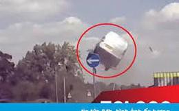 Khoảnh khắc xe ô tô húc rào phân cách và bay lên không như phim hành động