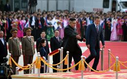 Thượng đỉnh liên Triều: Ấn tượng hình ảnh 2 ông Moon-Kim thân như bạn hữu lâu ngày tái ngộ