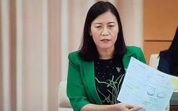 Chủ nhiệm Lê Thị Nga cầm cuốn SGK Toán lớp 1 trên tay và    đặt câu hỏi với Bộ trưởng Giáo dục