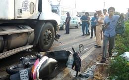 Xe container cuốn 2 xe máy dừng chờ đèn đỏ vào gầm, 4 người thoát chết ngoạn mục
