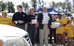 Tổng thống Trump tặng suất ăn, ôm chặt người dân bị ảnh hưởng bởi bão Florence