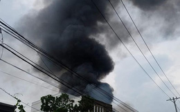 Kho xưởng bốc cháy dữ dội trong mưa ở Sài Gòn, khói đen bốc cao hàng chục mét