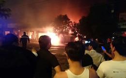 Hà Nội: Cả dãy ki-ốt bán hàng cháy ngùn ngụt, có nhiều tiếng nổ