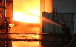 Cảnh sát đục tôn chữa cháy công ty gỗ rộng hàng nghìn m2 ở Bình Dương