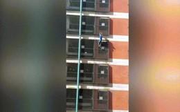 """Video: Nữ """"người nhện"""" say rượu tay không leo tòa nhà 8 tầng"""