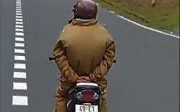 Giỡn mặt tử thần, người đàn ông thả trôi xe máy đổ đèo nguy hiểm