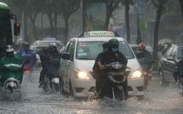 Mưa nhỏ cũng khiến đường vào sân bay Tân Sơn Nhất ngập lênh láng