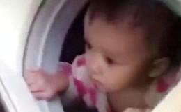 Ung dung ngồi trong máy giặt, bé gái 1 tuổi được lính cứu hộ đưa ra khỏi vùng mưa lũ an toàn
