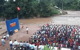 Xôn xao hình ảnh lễ khai giảng cho hàng trăm học sinh được tổ chức ngay bên bờ suối