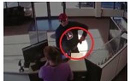Clip: Cướp hậu đậu đánh rơi súng, nữ nhân viên nhanh tay lật ngược tình thế
