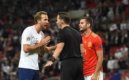 Anh phản ứng quyết liệt với trọng tài vì bị khước từ bàn thắng muộn trước Tây Ban Nha