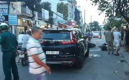 """Ô tô """"điên"""" đâm liên hoàn nhiều xe máy ở Sài Gòn, ít nhất 3 người bị thương"""