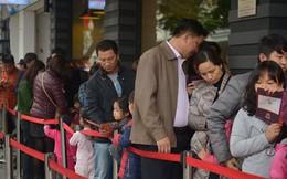 Chùm ảnh: Phố đi bộ hồ Gươm chật kín ngày đầu năm mới, nhiều người xếp hàng dài trước cửa hàng thức ăn nhanh