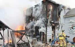 Nhìn căn nhà chìm trong biển lửa, mẹ hoảng hốt không biết phải làm gì thì người hùng đã xuất hiện