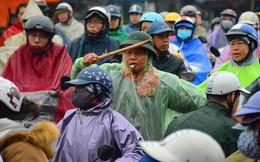 """Người phụ nữ 63 tuổi bất chấp trời mưa rét để điều tiết giao thông: """"Nhiều lần tôi bị chửi bới, đe dọa"""""""