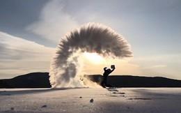 24h qua ảnh: Nước đóng băng ngay trên không trong đợt lạnh kỷ lục ở Canada
