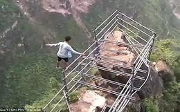 Sau vụ diễn viên tử vong vì ngã từ tầng 62, vẫn có thanh niên Trung Quốc liều mình như thế này