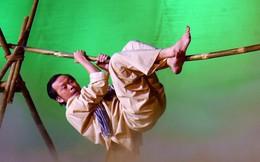 Gặp tai nạn trên sân khấu, Hoài Linh vẫn nén đau hết mình vì khán giả