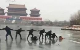 Chuyện ấm lòng ngày đông: Người dân nắm tay kết thành dây cứu hai mẹ con rơi xuống hồ băng