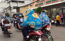 Vốn nổi tiếng nóng nực ngột ngạt quanh năm, giờ người dân Bangkok cũng trùm chăn đi xe máy vì trời lạnh!