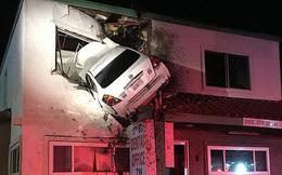 """Tai nạn khó hiểu: """"Vui tính"""" đậu xe ở... cửa sổ tầng hai phòng khám nha khoa, 2 người bị thương nặng"""