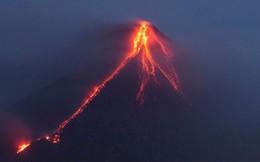Dòng dung nham đỏ rực gây khiếp đảm từ núi lửa Philippines