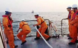 Vượt sóng to gió lớn, cứu 10 ngư dân và tàu cá gặp nạn
